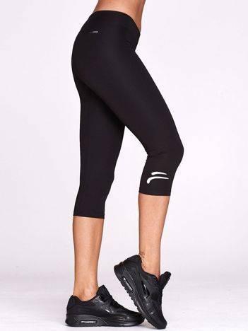 Czarne legginsy na siłownię z graficznym znakiem