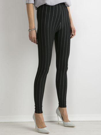 Czarne legginsy z błyszczącą nitką