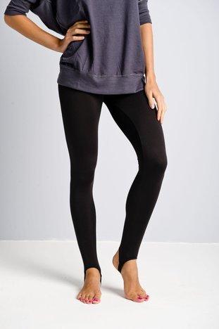 Czarne legginsy zakładane na stopę