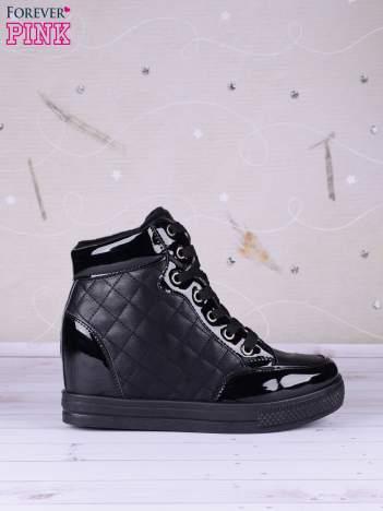 Czarne pikowane sneakersy z ciemną podeszwą i lakierowanymi wstawkami