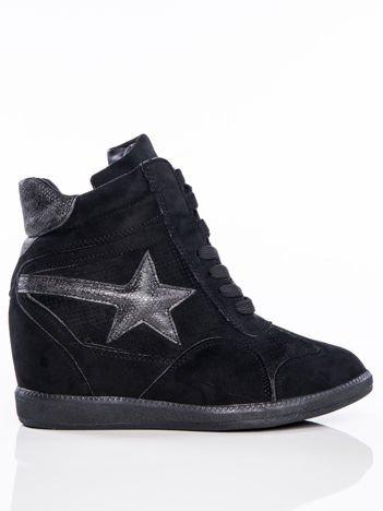 Czarne półażurowe sneakersy za kostkę z ozdobną błyszczącą gwiazdką na cholewce