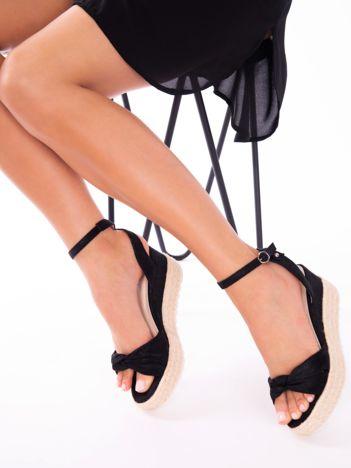 Czarne przecierane sandały na koturnach z kokardką na przodzie