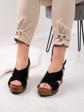 Czarne sandały MULANKA na koturnach ze złotymi ćwiekami