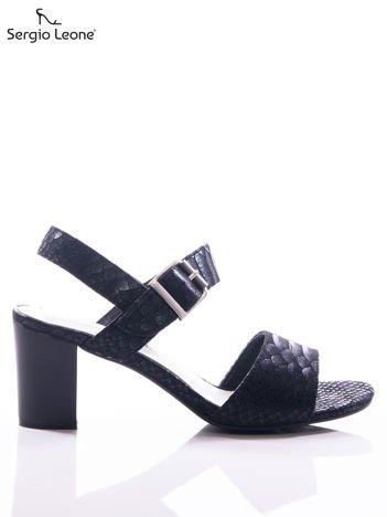 Czarne sandały Sergio Leone z fakturą rybiej łuski, na grubszym słupku