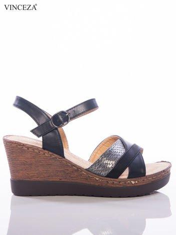 Czarne sandały na koturnach Vinceza z brokatowym, wężowymi paskami na przodzie