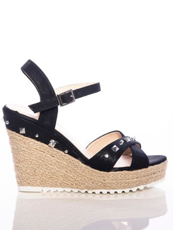 Czarne sandały na koturnach z mieniącą poświatą, wysadzane srebrnymi nitami