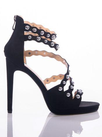 Czarne sandały na szpilkach z asymetrycznym paskiem na przodzie cholewki i srebrnymi perełkami na cholewce