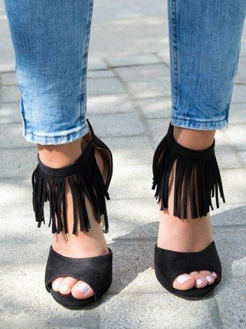 Czarne sandały na szpilkach z ozdobnymi frędzelkami wokół kostki