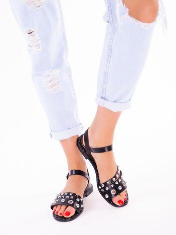 Czarne sandały z asymetrycznymi paskami, zdobione nitami