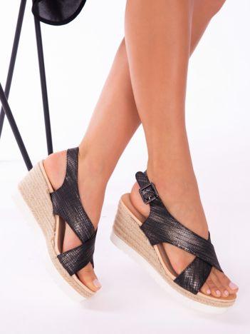Czarne sandały z tłoczonymi, mieniącymi się paskami