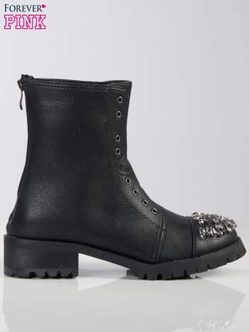 Czarne skórzane botki faux leather do połowy łydki z ozdobnymi kamieniami z przodu, na traktorowej podeszwie
