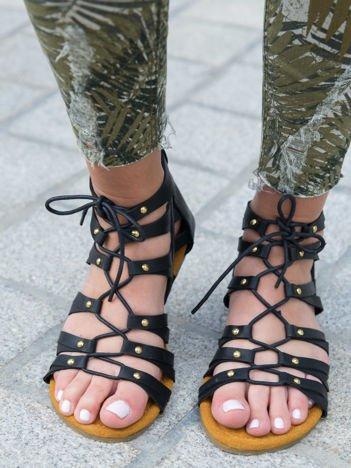 Czarne skórzane sandały na płaskiej podeszwie z ćwiekami i plecionym rzemykiem