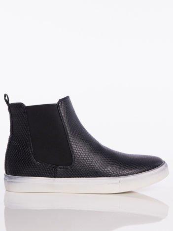 Czarne skórzane sneakersy z imitacją skóry węża i gumowanymi wstawkami po bokach cholewki