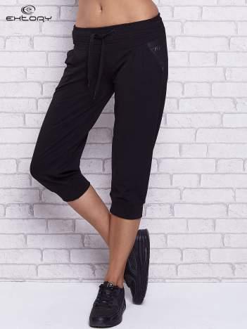 Czarne spodnie capri z tylną kieszenią