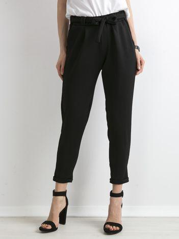 Czarne spodnie damskie z paskiem
