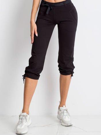 Czarne spodnie dresowe capri z bocznymi kieszeniami