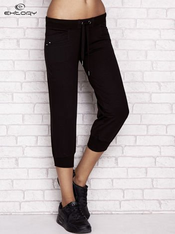 Czarne spodnie dresowe capri z dżetami na kieszeniach