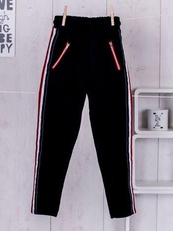 Czarne spodnie dresowe dla dziewczynki z taśmą tricolor