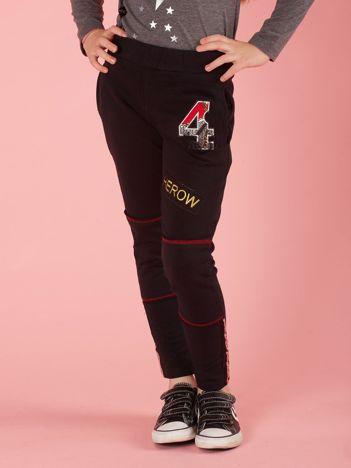 c8a0808b51 Czarne spodnie dresowe dziecięce z naszywkami