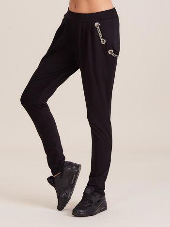 Czarne spodnie dresowe z ozdobnymi kieszeniami