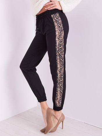 Czarne spodnie dresowe z panterkowym lampasem