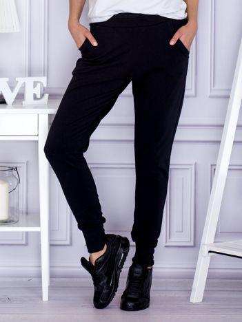 Czarne spodnie dresowe z szerokimi ściągaczami