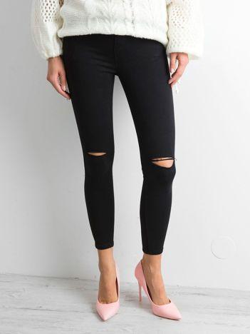Czarne spodnie jeansowe z dziurami