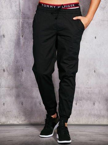 Czarne spodnie męskie z gwiazdkami na kieszeni