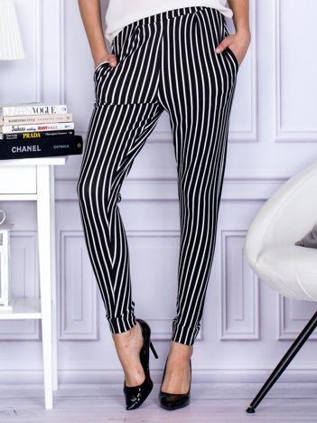 Czarne spodnie o wypukłej fakturze w paski