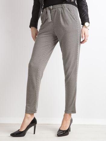 Czarne spodnie w geometryczne wzory