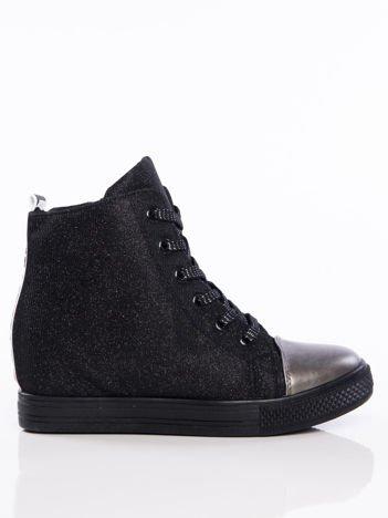 Czarne sznurowane sneakersy z efektem glitter i błyszczącą sznurówką z napisem LOVE na tyle buta