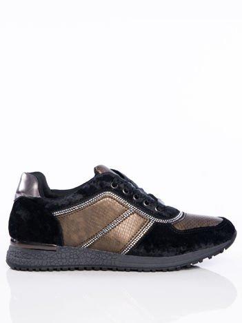 Czarne welurowe buty sportowe ze skórzanymi tłoczonymi wstawkami i ozdobną satynową tasiemką