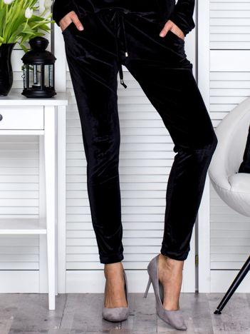 Czarne welurowe spodnie dresowe o prostym kroju
