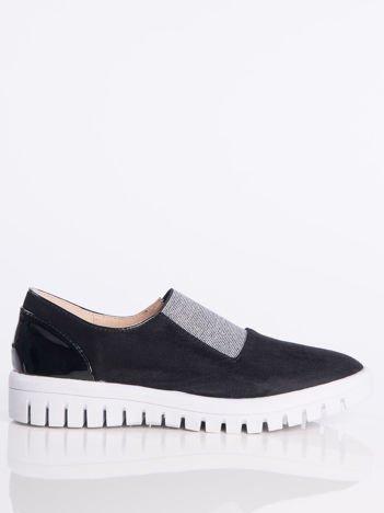 Czarne zamszowe slipony z ozdobną srebrzystą gumą na przodzie buta i lakierowaną wstawką na pięcie