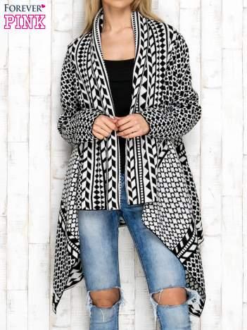 Czarno-biały otwarty sweter w geometryczne wzory