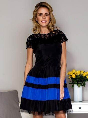 Czarno-niebieska sukienka ze spódnicą w pasy