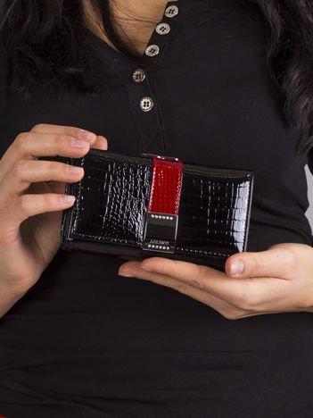 Czarny damski portfel lakierowany