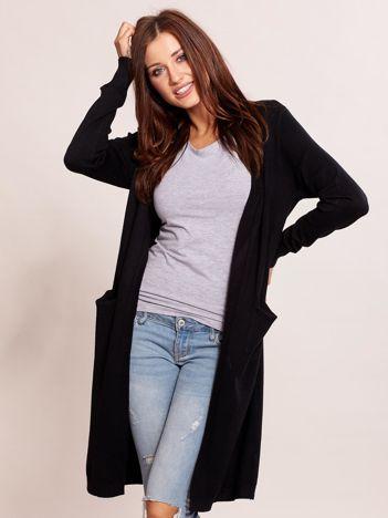 Czarny długi sweter bez zapięcia z kieszeniami
