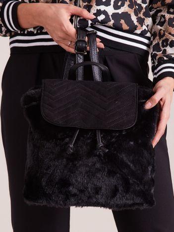 Czarny futrzany plecak