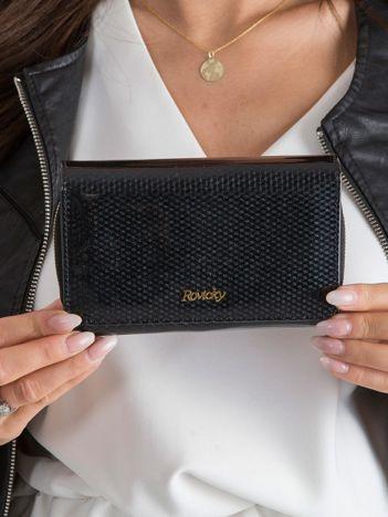 Czarny lakierowany portfel w drobny wzór
