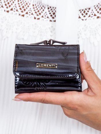 Czarny lakierowany portfel w motyle