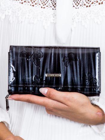 Czarny lakierowany portfel z tłoczeniem w motyle