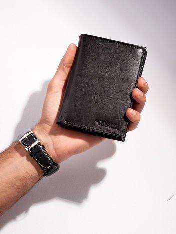 Czarny pionowy portfel męski otwarty