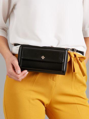 Czarny portfel z odpinanym paskiem