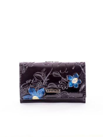 Czarny skórzany portfel z tłoczonym kwiatowym motywem
