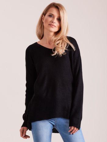 Czarny sweter damski w serek