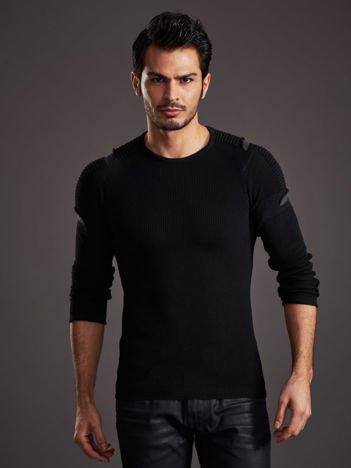 Czarny sweter męski z rozcięciami na rękawach
