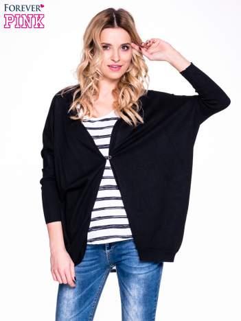 Czarny sweter typu nietoperz zapinany na guzik