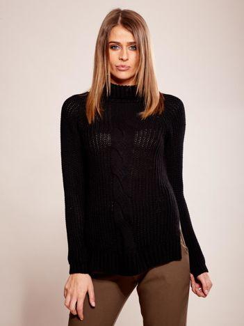 Czarny sweter w warkocz z golfem
