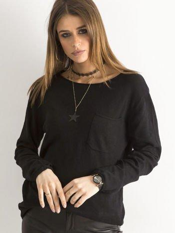 Czarny sweter z kieszonką
